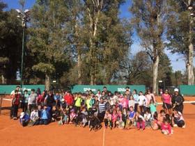 Los chicos participaron de una clínica de tenis con profesores de diferentes clubes y countries de la zona y probaron raquetas