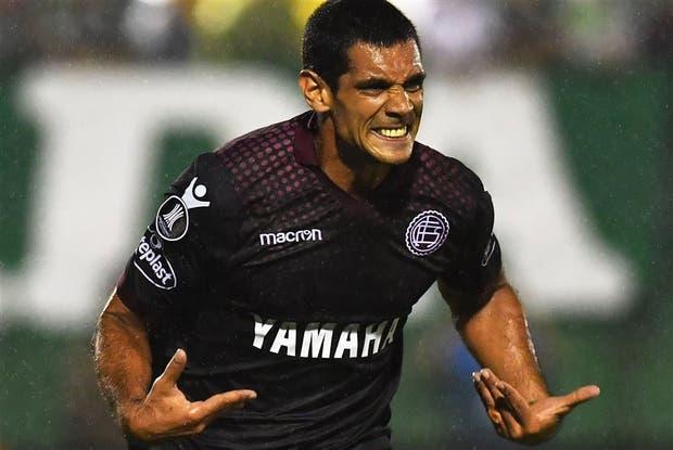 Sand, de penal, celebra el 2-1 parcial para Lanús, que venció en Brasil y se recuperó de la derrota como local ante Nacional