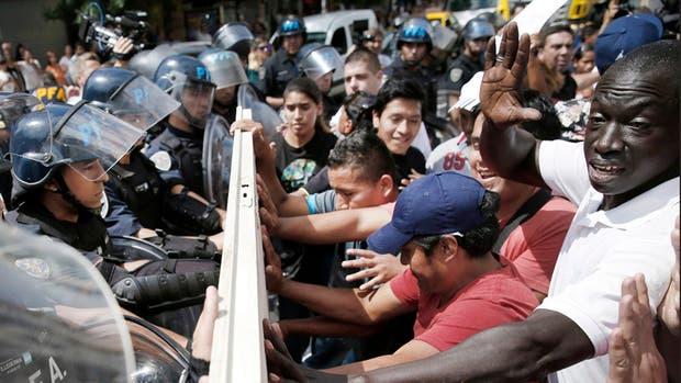 Los vendedores ambulantes se enfrentaron con la policía