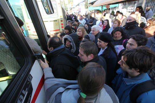 Tras el sopresivo paro del subte B, miles de pasajeros se vieron afectados, largas colas y malestar para tomar un colectivo. Foto: LA NACION / Ricardo Pristupluk