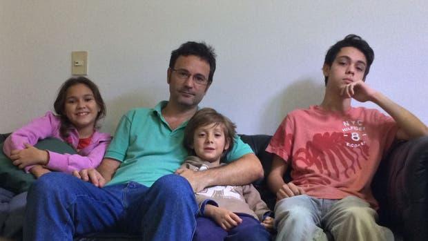 Gustavo Silva vive solo en su casa de Vicente Lopez con sus tres hijos: Franco (15), Ambar (10) y Mateo (7)