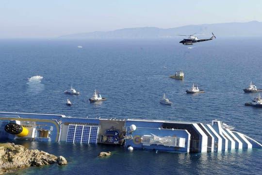 El operativo de rescate incluyó barcos de prefectura y helicópteros. Foto: Reuters