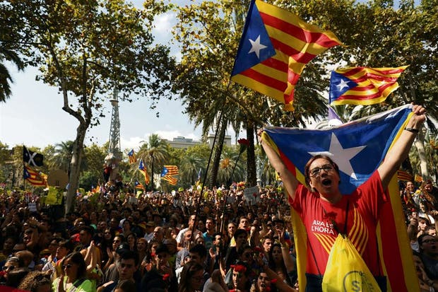 Miles de catalanes volvieron a respaldar el referéndum, ayer, en Barcelona