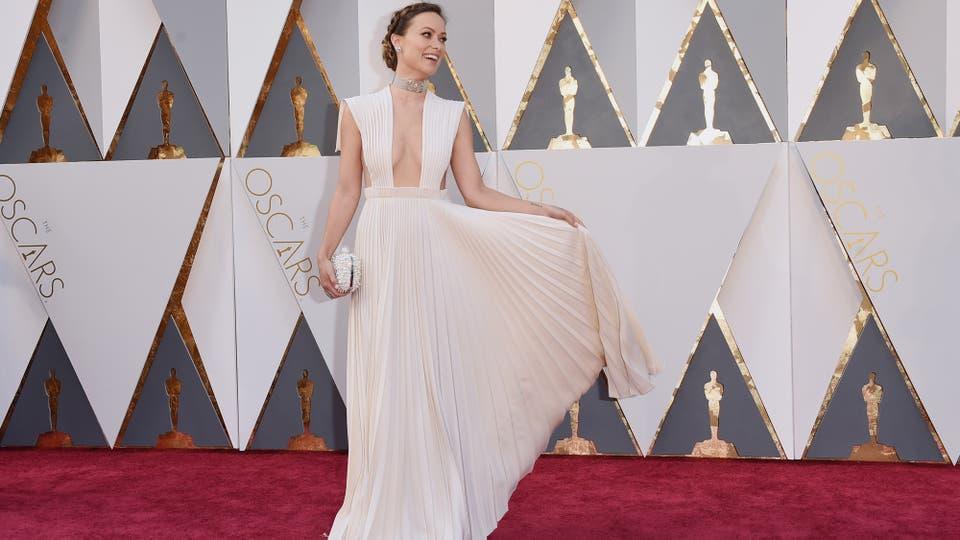 Olivia Wilde usó Valentino Haute Couture y eso siempre es una decisión acertada. La actriz llegó a la red carpet acompañada de su pareja Jason Sudeikis luciendo un sexy vestido color crema..