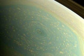 El enorme huracán que se desarrolla en el planeta Saturno tiene un diámetro de 2000 kilómetros