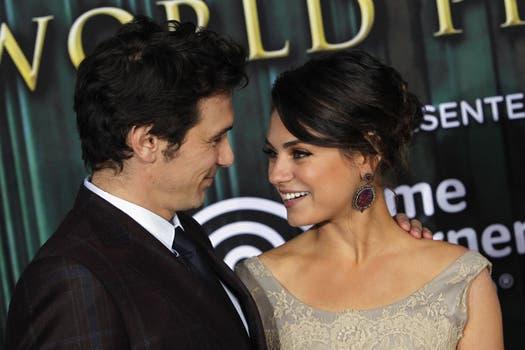 Una mirada que hace temblar:  Mila Kunis y James Franco en la premiere de la película de Disney sobre el mago de Oz, en Hollywood / REUTERS.