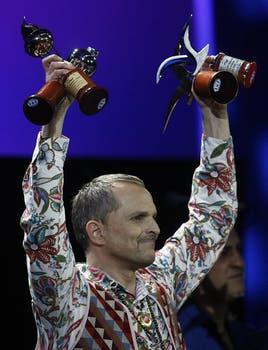 El público lo aceptó. Miguel Bosé con sus premios en Viña del Mar.. Foto: EFE
