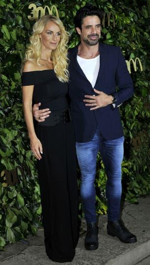 Luciano Castro fue con su mujer Sabrina Rojas, quien lució un vestido largo con los hombros al descubierto. Foto: Gerardo Viercovich