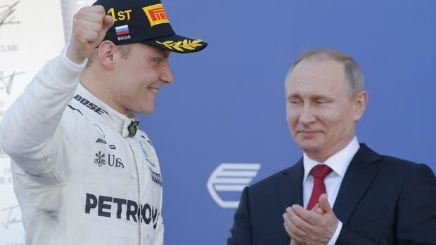 Bottas y Putin, que entregó el premio al vencedor