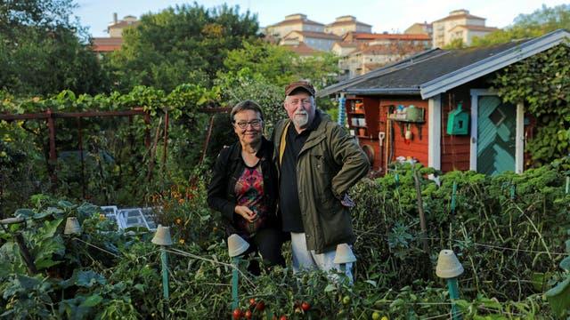 Lena Israelsson y su marido Stefan Dehlen en su huerta en Estocolmo