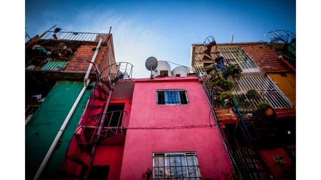 Algunas de las casas de con sus escaleras espiraladas y colores brillantes