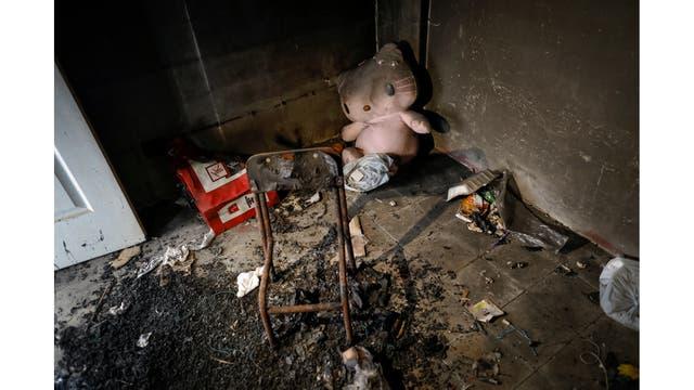 Un peluche en el interior de un edificio residencial abandonado