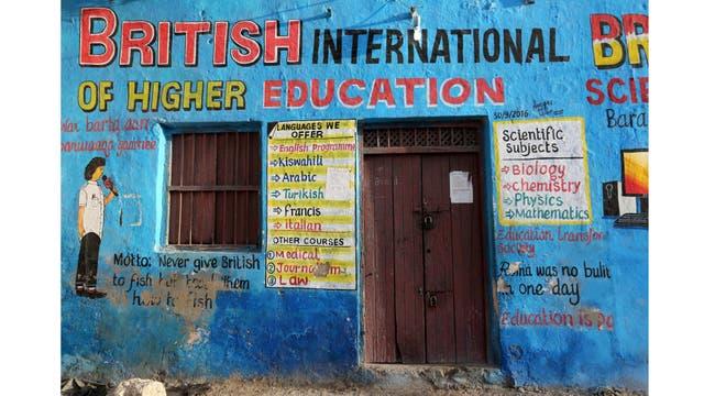 Un mural ilustra clases educativas en el exterior de un edificio en el distrito de Wabari