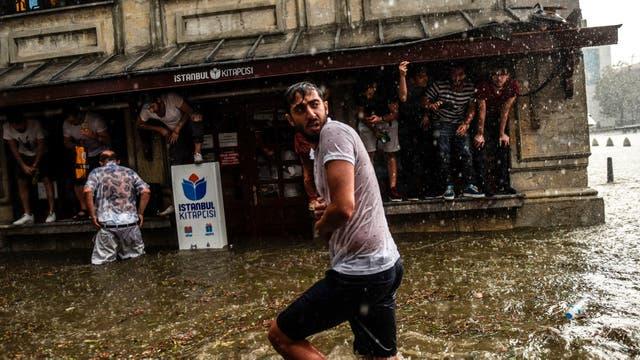 En pocos minutos la calles se inundaron