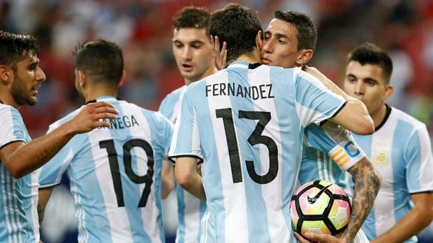 Di María celebra su gol con Nacho Fernández