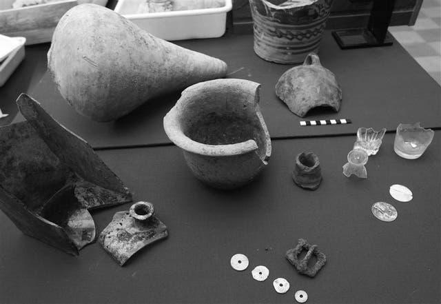 La colección de vasijas, botones de hueso, vasos de vidrio y otros elementos recuperados