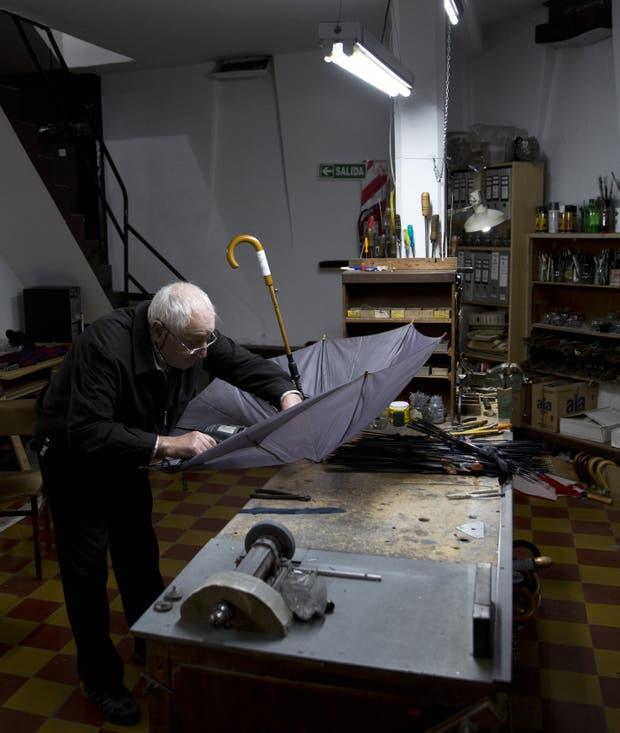 Elías Fernández tiene 85 años y 72 de paragüero