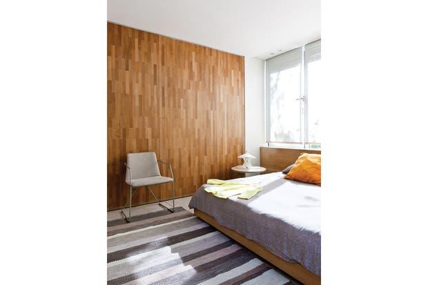 Por los distintos tonos de la madera, el revestimiento de pino tea recuperada genera un efecto fascinante, similar a una obra de arte por la contundencia su trama.
