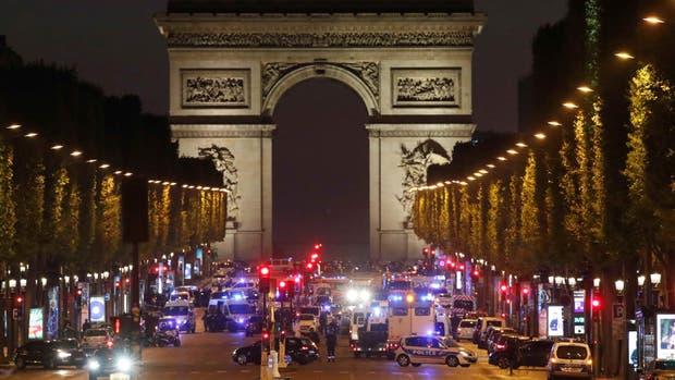 Un policía muerto y otro herido en un tiroteo en Champs Elysées