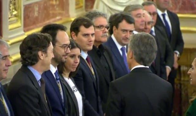 Montero y Macri se saludaron al inicio de la sesión especial que hoy se celebró en el Congreso español