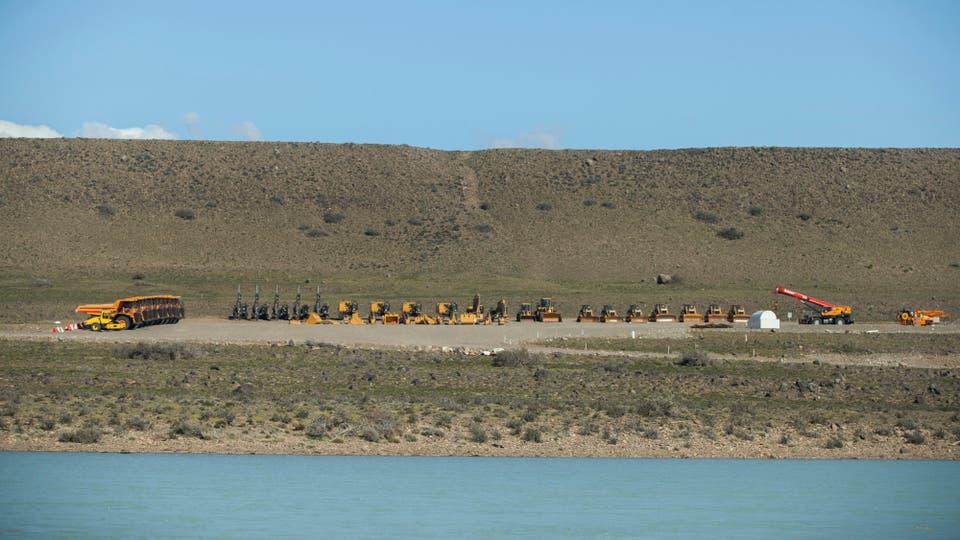 Maquinarias para la construcción de la represa.