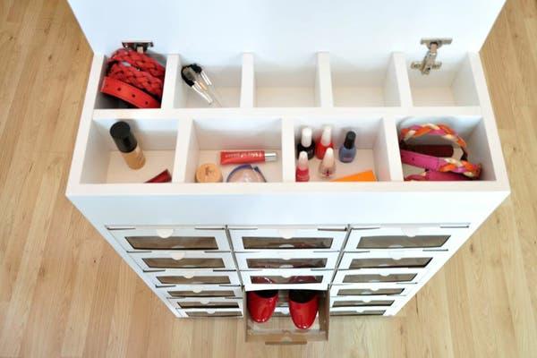 Si lo tuyo no es el DIY, entonces este organizador es lo que estabas buscando. Tiene varios compartimientos y, además, podés guardar tus zapatos. Foto: www.enorden.la/