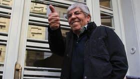 Hugo Moyano, feliz en la puerta de la AFA