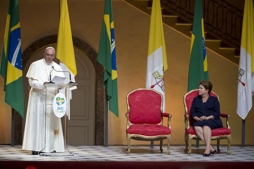 Tras su recorrida, el Papa se reunió con la Presidenta de Brasil Dilma Rousseff para dar juntos una conferencia de prensa. Foto: AP
