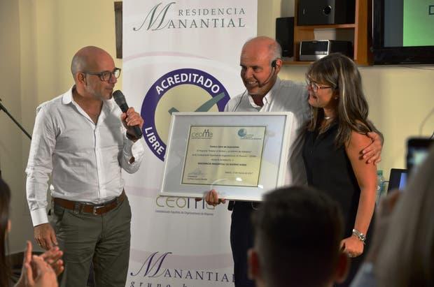 Fernando Shalom, director de Manantial, y Antonio Burgueño, durante la entrega de la certificación como entidad libre de sujeciones
