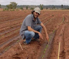 Santiago López Menéndez en su lugar de trabajo, el campo