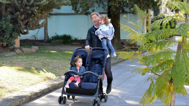 Miguel (Suar) pasea a las dos nuevas hijas que tuvo con Fabiana (Bertotti) y Elisa (Díaz).