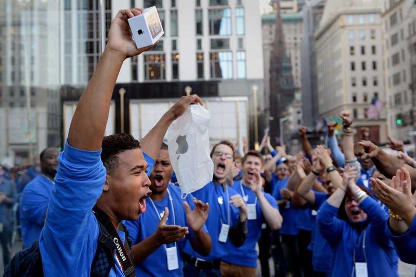 Uno de los primeros clientes de la tienda de Apple en Nueva York. Foto: AFP