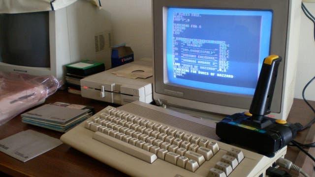 Todo el hardware de la computadora queda debajo del teclado, que tiene los puertos en la parte trasera
