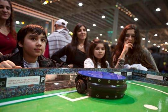 El metegol-robot es una de las atracciones que todos quieren jugar. Foto: LA NACION / Matias Aimar