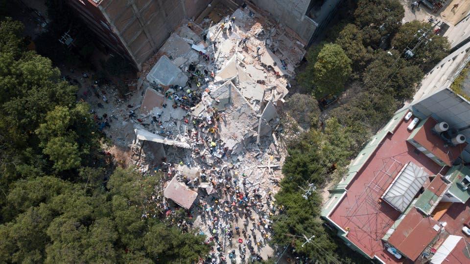 Vista de un edificio colapsado tras el brutal terremoto. Foto: Reuters
