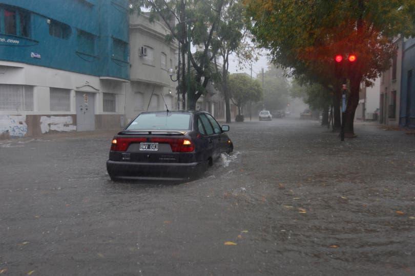 Las fuertes lluvias en la ciudad de La Plata generaron inundaciones y destrozos, hay varios muertos confirmados. Foto: LA NACION / Santiago Hafford