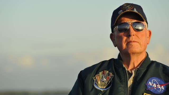 Jon McBride, uno de los astronautas que recibe a los visitantes en el Centro Espacial Kennedy