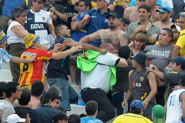 Así fue la agresión que sufrieron los agentes de Seguridad en la tribuna de Boca.  Foto:Télam