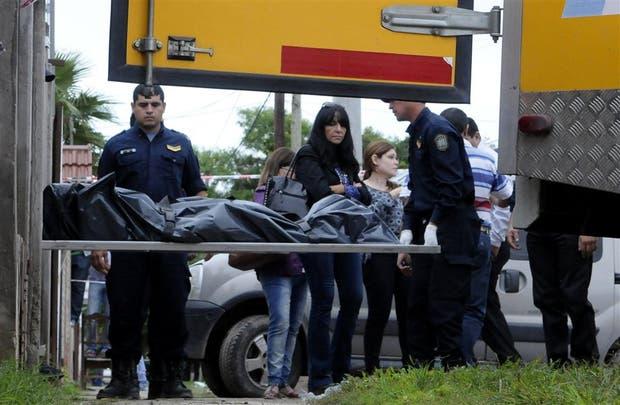 Retiran el cadáver de la ex mujer del comisario, una de las víctimas de la masacre