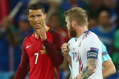 Gunnarson y Cristiano, en la Euro 2016: el islandés le pidió la camiseta, que obtuvo en el vestuario