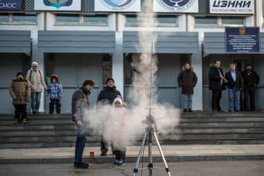 En pequeña escala. Estudiantes prueban un pequeño cohete en la escuela espacial