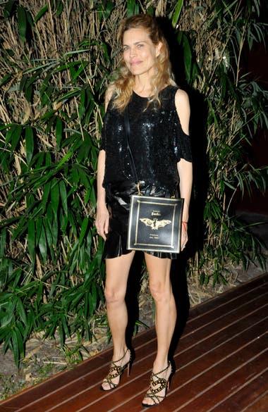 Julieta Kemble, también de negro, le puso su toque especial a su look: sandalias con tachas doradas y conjunto brilloso