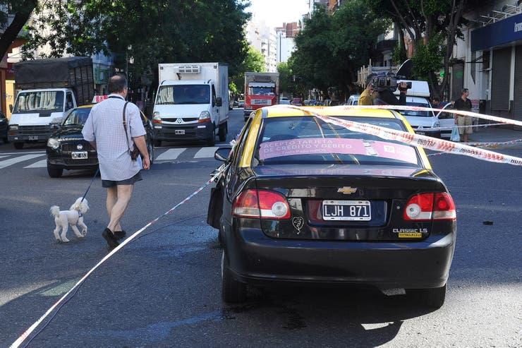 El taxi, un Chevrolet Corsa Classic, en medio de la Av. Ángel Gallardo; según informaron, no llevaba pasajeros