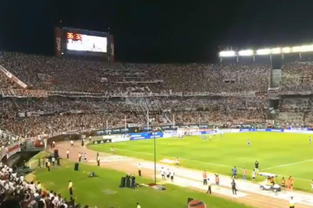 En medio del cantito contra Macri, Frigerio tuvo que abandonar el Monumental
