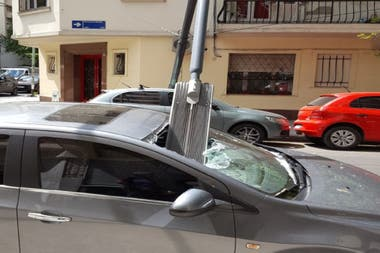 El poste de luz sobre el auto