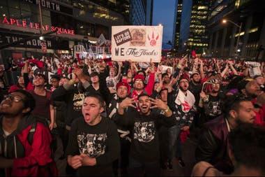 La gente, adentro y fuera de la cancha, alentando a los Raptors