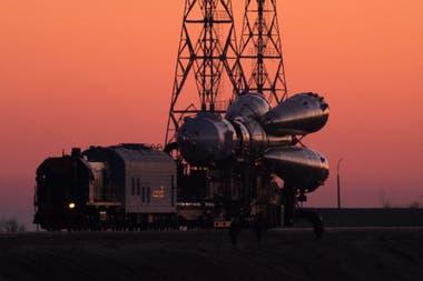 En tránsito. Los cohetes de la Soyuz son transportados hacia la rampa de lanzamiento