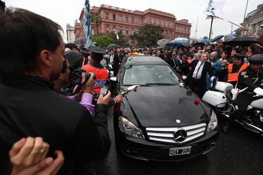 El coche fúnebre que lleva a Nértor Kirchner sale de Casa de Gobierno. Foto: LA NACION / Aníbal Greco