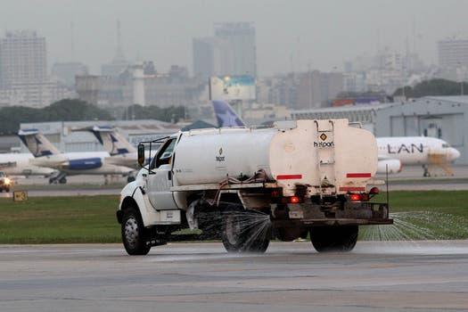 Un camión limpia las cenizas de las piastas del aeroparque Jorge  Newbery. Foto: LA NACION / Marcelo Gómez