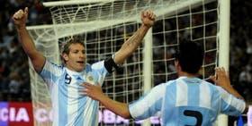 Martín Palermo festeja uno de sus goles ante Ghana, hace dos años, en Córdoba